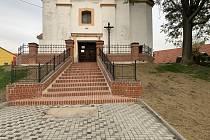 Při opravě schodů v Branišovicích na Brněnsku objevili základní kámen kostela.