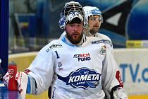 Třetí semifinále mezi domácí Kometou v bílém (Marek Čiliak) a Libercem.