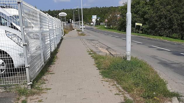 Nesouvislý chodník v Dusíkově ulici na brněnské Lesné.