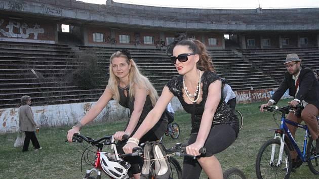 V šatech, obleku nebo teplácích vyrazilo ve čtvrtek v podvečer tisíc sto cyklistů z Moravského náměstí v Brně. Při Velké jarní cyklojízdě se vydali až na bývalý fotbalový stadion Za Lužánkami.