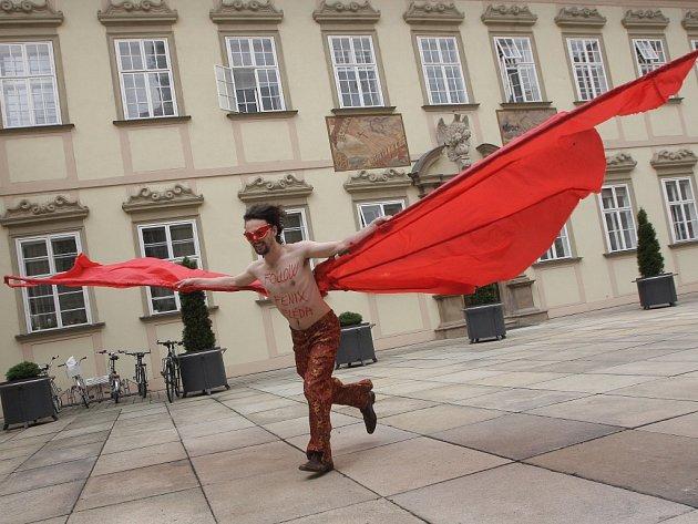 Na křídlech ohnivého ptáka Fénixe přiletěla na brněnskou radnici výzva na podporu hudebního klubu Fléda.