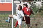 Fotbalisté Moravské Slavie (v červeném) ztratili duel s Bosonohami ve druhém poločase a obávají se o záchranu krajského přeboru. Jejich soupeř naopak útočí na nejlepší umístění v historii.
