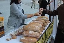 Brno si zapsalo český rekord. Překonal ho dav lidí zakusující se do chleba