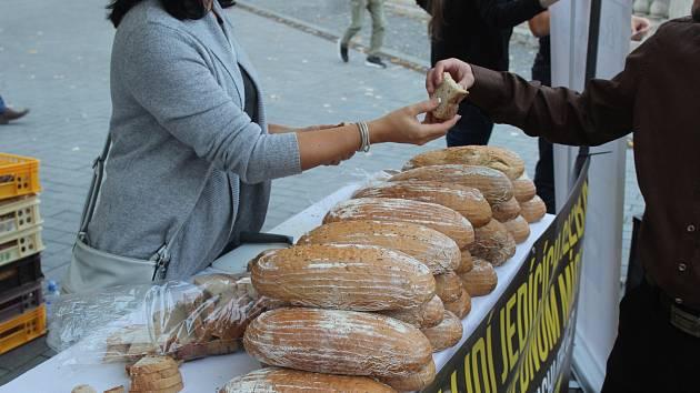 Brno si zapsalo český rekord. Překonal ho dav lidí zakusujících se do chleba