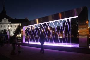 Na znamení boje proti rakovině prsu se fontána před Janáčkovým divadlem ve středu zbarvila dorůžova.