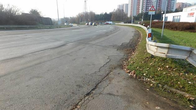 Rozbitou silnici v Jedovnické ulici na pomezí brněnské Líšně a Vinohrad zrekonstruují krajští silničáři. Letos opraví křižovatku s Žarošickou ulicí, v příštím roce úsek od ní až po parkoviště Velká Klajdovka.