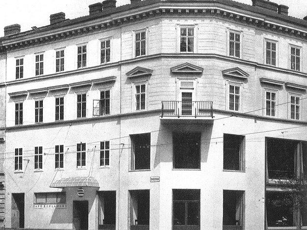 Dobový snímek brněnské kavárny Esplanado.