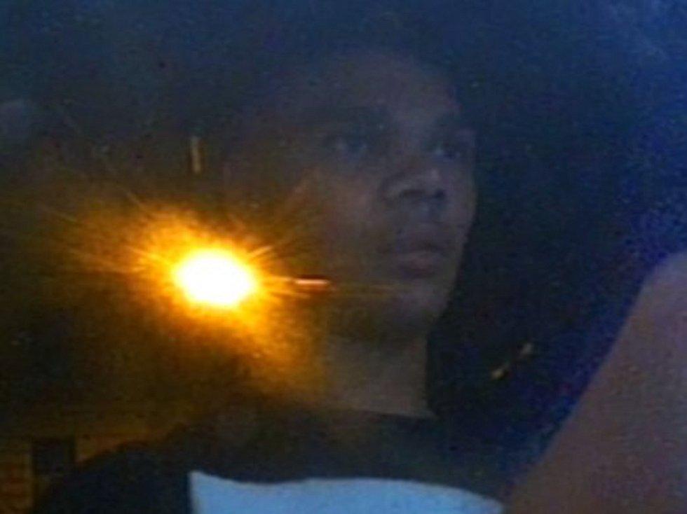 Policie pátrá po mladíkovi, který měl přepadnou v červenci ženu, ukrást ji kabelku s doklady a platebními kartami a z těch poté vybrat hotovost.
