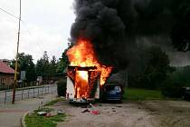 Hasiči hasili požár dvěma proudy.