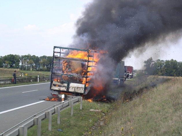 Požár auta na silnici R52, 20 km od Brna