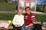 Emílii Veselé (na snímku s dcerou Radkou Klikovou) zbývá podle lékařů týden života. Devětaosmdesátileté seniorce, která trpí Alzheimerovou nemocí, selhávají po zlomenině nohy ledviny. Žena leží už tři měsíce v soukromé nemocnici SurGal Clinic v Brně, kam