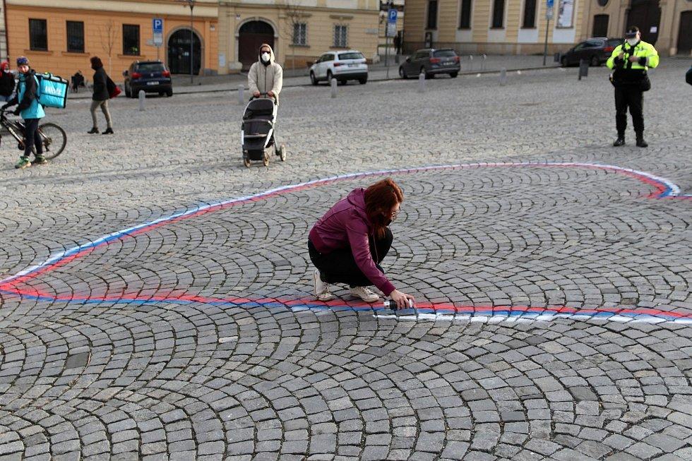 Malování srdce na dlažbu brněnského Zelného trhu. Lidé obrys v příštích dnech vyplní barevnými kamínky.