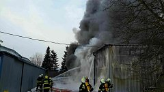 Hasiči u požáru skladovací haly v Tišnově. Vyhlásili 2. stupeň poplachu.
