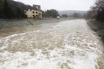 Řeka Svratka u brněnské přehrady na začátku března..