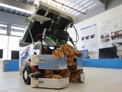 Učí roboty sbírat plechovky a zachraňovat plyšáky. V budoucnu by tyto chytré stroje mohly najít uplatnění i v průmyslu.