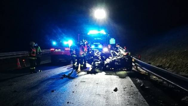 Na dálnici bouralo auto a kamion. Nehodu jedna žena nepřežila.