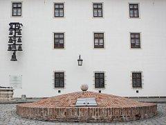 Vyzdvihnout džber s vodou z téměř 120 metrů hluboké studny zabralo v 18. století asi 15 minut. Pro případ požáru potřebovali na brněnském Špilberku nádrž na vodu. Cisternu na nádvoří nechal postavit zhruba před 300 lety tehdejší správce pevnosti.