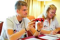 Byl mezi těmi, kdo z konkurence nejlepších týmů ze čtyřiceti světových zemí určil mistra světa. Čtyřiadvacetiletého Petra Bouchala z Brna vybrali do řad porotců organizátoři Mistrovství světa formule 1 ve školách v texaském Austinu.