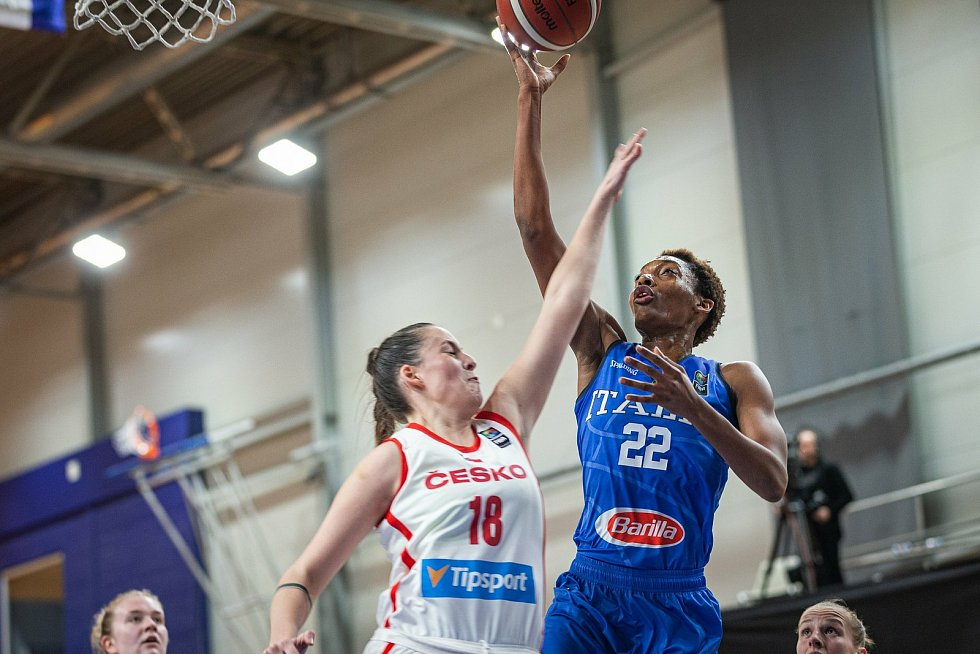 Basketbalistka Natálie Stoupalová (vlevo) si v kvalifikaci na mistrovství Evropy připsala čtyři starty.