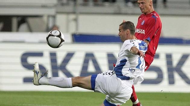 Aleš Besta (1.FC Brno) v souboji s Miroslavem Holeňákem (Liberec).