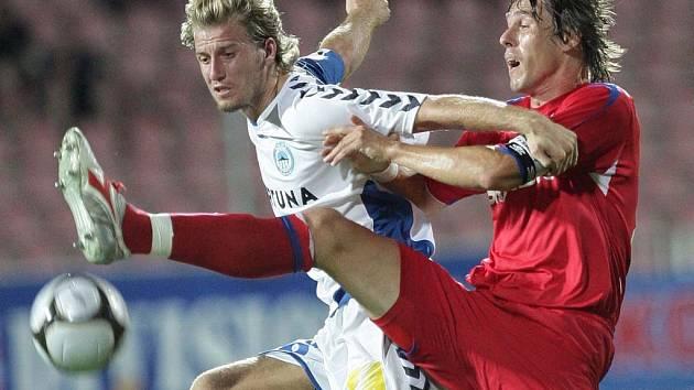 Jan Blažek (Liberec) v souboji s Janem Trousilem (1.FC Brno).