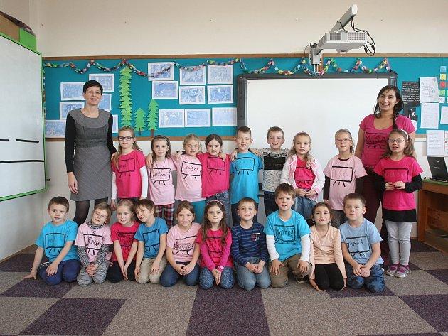 Žáci 1.třídy vZŠ Deblín na Brněnsku spaní učitelkou Monikou Pavlíčkovou (vlevo) a Michaelou Walsbergerovou (vpravo).