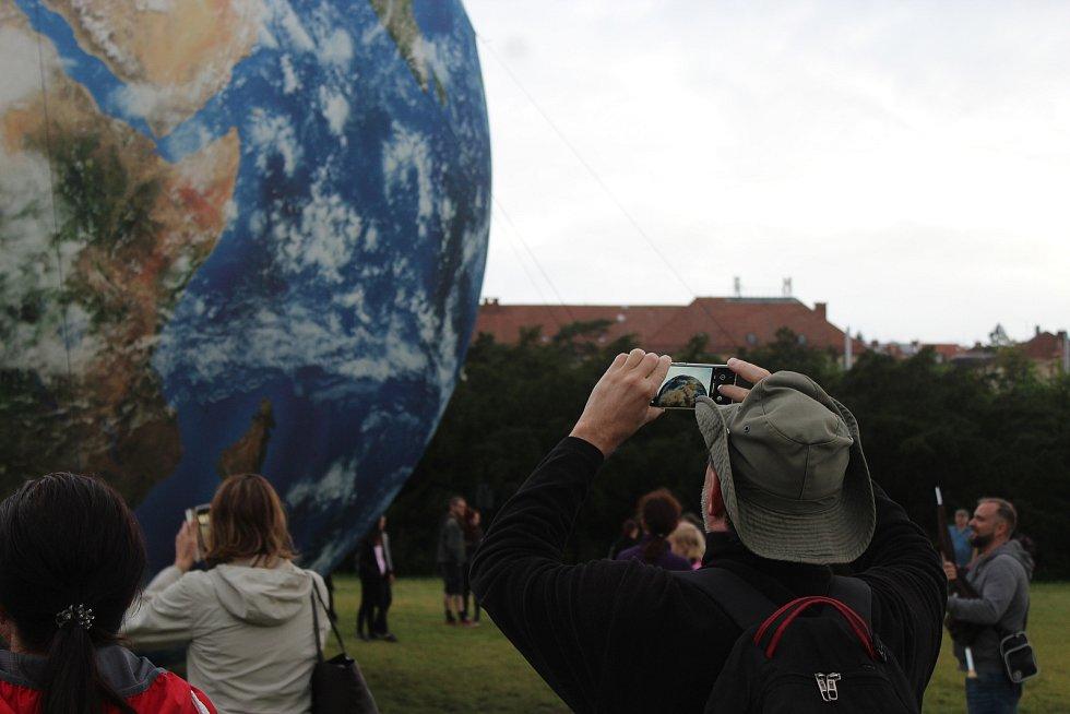 Nafukovacího Měsíce a Země se už lidé v Brně dotknout mohli. Nyní je čeká Mars.