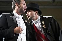 Peter Mankovecký (vlevo) a Martin Trnavský v inscenaci Oko za oko uváděné u příležitosti Letních shakespearovských slavností 2010.