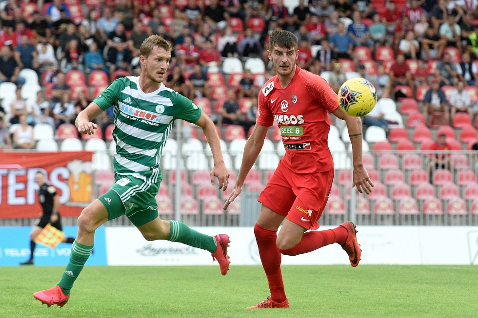 Obránce Jakub Černín (v červeném) si proti Bohemians připsal druhý start v nejvyšší české soutěži.