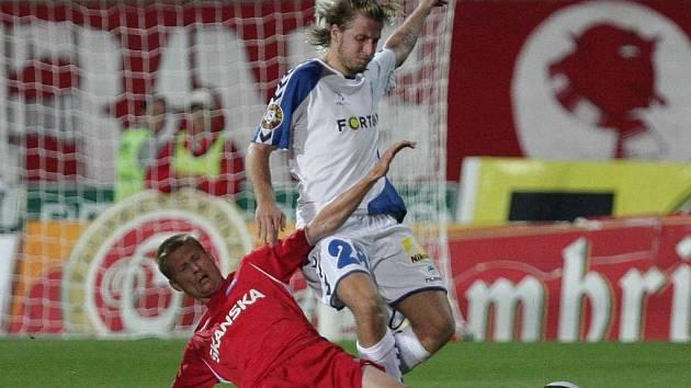 Petr Čoupek (1.FC Brno) v souboji s Janem Blažkem (Liberec).