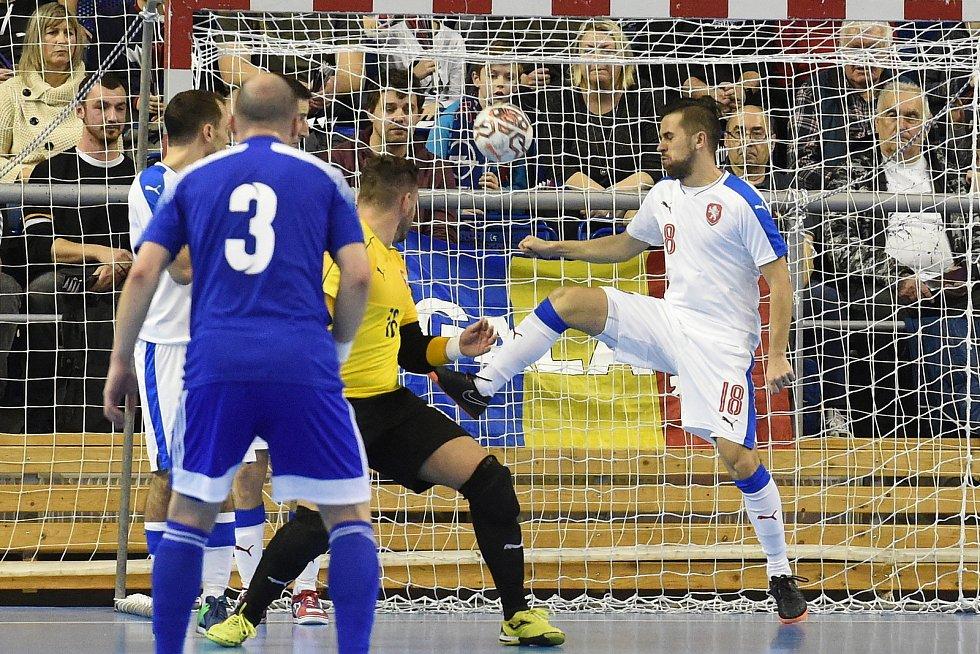 Brno 5.2.2020 - kvalifikační turnaj na futsalové MS 2020 - ČR Tomáš Vnuk (bílá) Kazachstán (modrá)