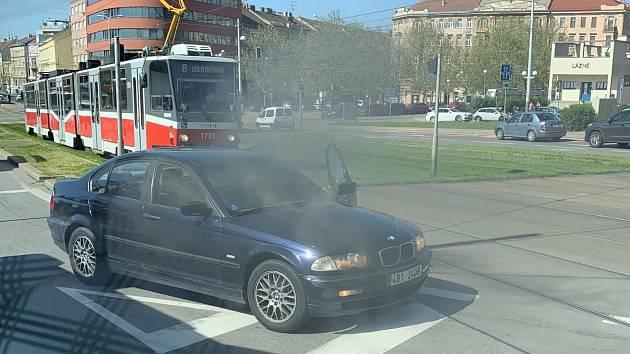 Hořící auto ve čtvrtek dopoledne zpomalilo brněnskou hromadnou dopravu v Nádražní ulici. Ještě více ale doprava kolabovala kvůli odtahové službě, které auto přijelo přemístit.
