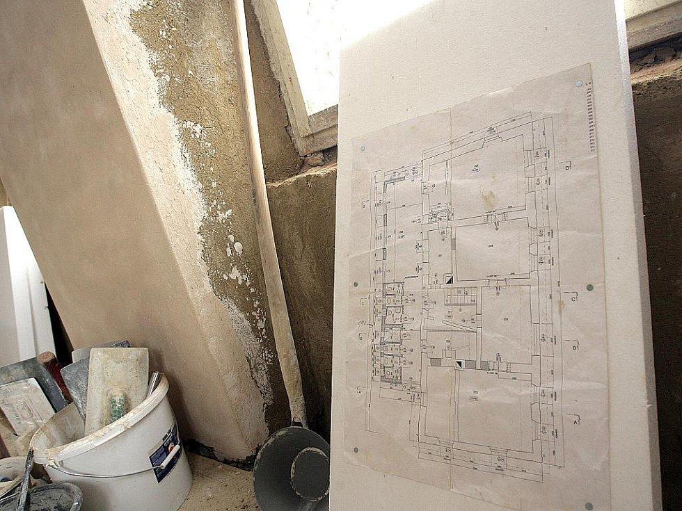 Barokní stropy jsou naštěstí až nad provizorními, takže je dřevomorka úplně nezničila