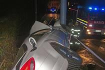 Noční nehoda Mercedesu v Husově ulici.