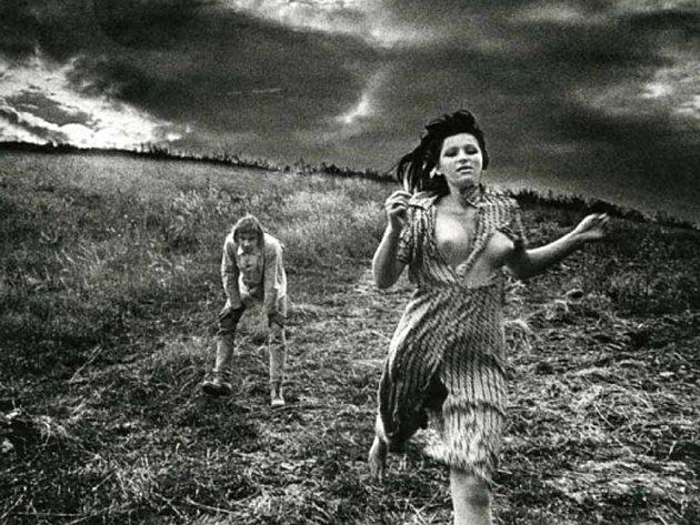 STROJENÉ OKAMŽIKY. Výstava Příjemné závislosti přiblíží inscenovanou fotku 70. let ovlivněnou vyumělkovaností a manýrismem.