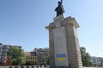 Posprejovaný podstavec pod sochou rudoarmějce na brněnském Moravském náměstí.