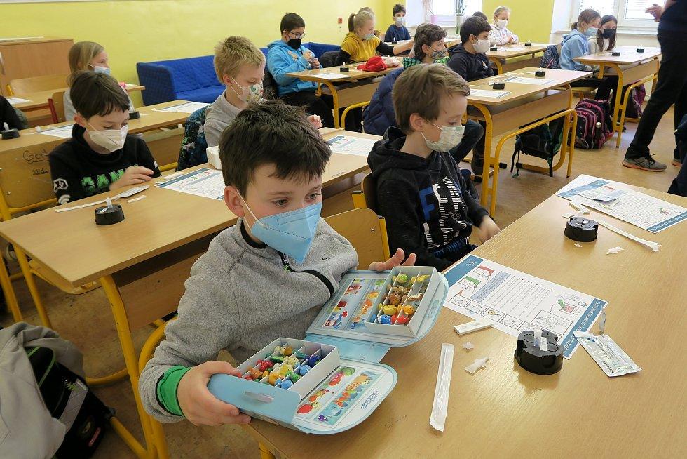 Žáci prvního stupně Základní školy Kotlářská v Brně v pondělí absolvovali první antigenní testy na Covid-19.