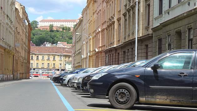 Modré zóny platí i ve Starém Brně. Otočily směr parkování