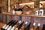 Od pondělí 31. května se lidem otevřely také vnitřní prostory restaurací a provozoven. Využili toho například i v lednickém vinařství Annovino