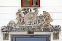 Stará supraporta zdobí dvůr domu číslo sedm v Orlí ulici. Patřil hostinici, který tam původně stál.