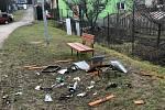 Neznámý vandal se má bavit tím, že do košů hází zapálené dělbuchy.