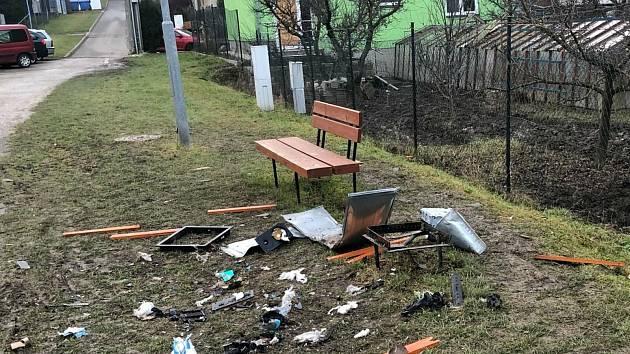 Nová zábava vandalů ve Šlapanicích: koše odpalují dělbuchy, škoda je už 54 tisíc
