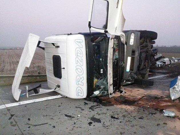 Dopravní nehoda kamionu a dodávky zablokovala dálnici D2 ve směru na Bratislavu u Velkých Němčic.