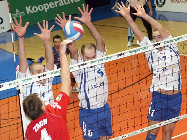 Volejbalisté JMP Brno (v modrobílém).
