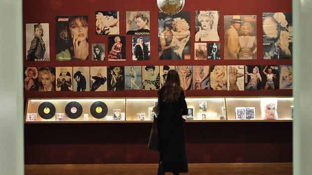 Vernisáž výstavy We Will Not Change Our Show. Umělci svými díly upozorňují na problémy, se kterými se v současnosti setkávají sexuální menšiny.