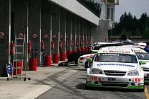 Příprava na šampionát mistrovství světa cestovních vozů na brněnském Masarykově okruhu.