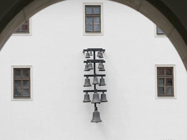 Patnáct zvonů rozeznívá každý den prostory špilberského nádvoří.