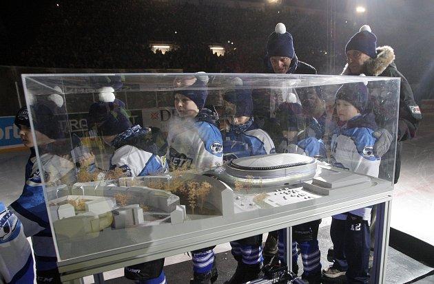 Historický hokejový zápas za Lužánkami sledovalo rekordních 21a půl tisíce diváků. Předcházel mu koncert skupiny Kabát.