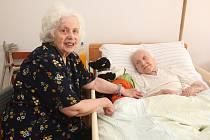 Velká oslava. Důchodkyně má 102 let. V domově o ni pečuje dcera.