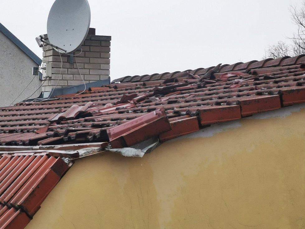 Řádění orkánu dnes ráno kolem 10 hod v obci Blučina.